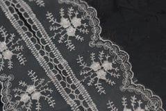 Biel koronka Haftująca granica na zmrok powierzchni Koronkowy tekstury tło na zmroku - szarość Wsiadają Zdjęcia Royalty Free