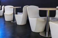 Biel krzesła, stoły dla, zmrok ściana i zmrok lunchu lub gość restauracji, - błękit płytki Obrazy Stock