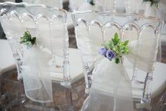 Biel krzesła z kwiatami dla ślubnej ceremonii Zdjęcie Stock