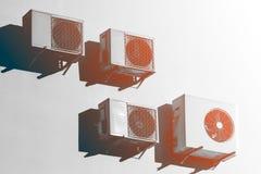 Biel lotniczy conditioners na białej ścianie obrazy stock