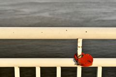 Biel malowa? por?cz bulwar rzeka Z czerwonym k?dziorkiem w formie serca zdjęcia royalty free