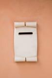 Biel marmurowa skrzynka pocztowa na menchia malującej ścianie Zdjęcie Royalty Free