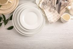 Biel naczynia na stole fotografia stock
