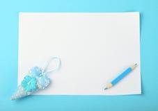 Biel notatka z zabawkarskim sercem i ołówek na błękitnym tle Obraz Stock