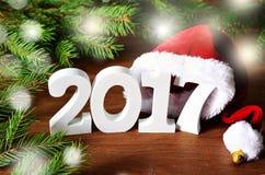 Biel oblicza 2017 Santa kapelusz, świerczyn dekoracje, gałęziaste i Bożenarodzeniowe Zdjęcia Stock