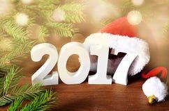 Biel oblicza 2017 Santa kapelusz, świerczyn dekoracje, gałęziaste i Bożenarodzeniowe Zdjęcie Royalty Free