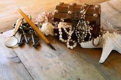 Biel operla kolię w skarb klatce piersiowej obok seashells Obrazy Stock