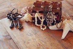 Biel operla kolię w skarb klatce piersiowej obok seashells Zdjęcia Stock