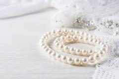 Biel perełkowa kolia na handmade koronkowym tle Zdjęcie Royalty Free