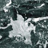 Biel piana na powierzchni kryształ - jasna woda morska obraz stock