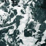Biel piana na powierzchni kryształ - jasna woda morska zdjęcie royalty free
