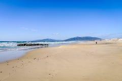 Biel plaża, niebieskie niebo i jasny morze, Obrazy Stock