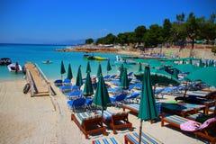 Biel plaża z few sunbeds w przodzie Zdjęcie Stock