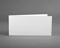 Biel pusta zamknięta karta na popielatym zamieniać twój projekt obrazy stock