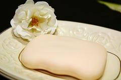Biel róża obok mydła obrazy stock