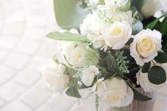 Biel róży dekoracja w restauraci obraz stock