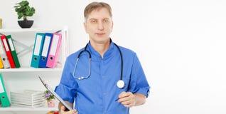 Biel samiec dojrzała lekarka w medycznej biurowej kopii przestrzeni, opieki zdrowotnej ubezpieczenie medyczne obraz royalty free