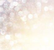 Biel srebni i złociści abstrakcjonistyczni bokeh światła defocused tło Fotografia Stock
