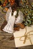 Biel szydełkujący anioł z Bożenarodzeniową kopertą Obraz Royalty Free