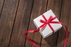 Biel teraźniejszości pudełko z czerwonym faborkiem Obrazy Royalty Free