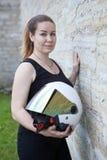 Biel twarzy otwarty hełm z lustrzaną osłoną w rękach piękny kobieta motocyklista, portret blisko kamiennej ściany zdjęcie stock