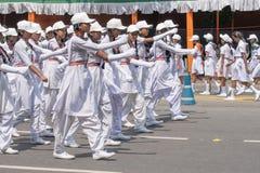 Biel ubierać dziewczyny maszeruje past na drodze Obraz Royalty Free