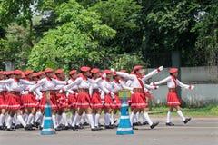 Biel ubierać dziewczyny maszeruje past na drodze Zdjęcie Stock