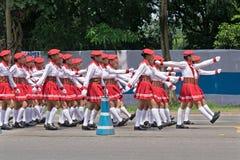Biel ubierać dziewczyny maszeruje past na drodze Obraz Stock