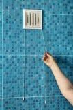 Biel wentylaci grille klingerytu lotnicza pokrywa na ścianie w łazience Zdjęcia Stock