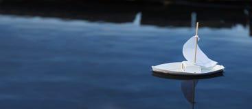 Biel zabawkarska łódź przy molem w stawie w lecie Obraz Royalty Free