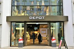 01/06/2018 - Bielefeld/Deutschland - ein Konzept Bild eines Depot-Logos lizenzfreies stockbild
