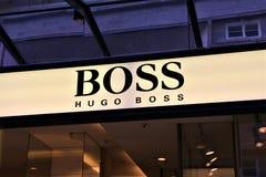 01/06/2018 - Bielefeld/Duitsland - een conceptenbeeld van Hugo Boss Logo stock afbeeldingen