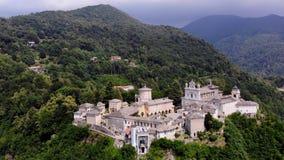 BIELLA, ITÁLIA - 7 DE JULHO DE 2018: vista aero do santuário bonito, templo antigo complexo, castelo grande, santuário encontrado filme