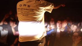 Bielorrússia, Bobruisk, 20 10 2016 um concerto de rocha da batida Rapper masculino preto concert Cheering Multidão branca Fumo pr vídeos de arquivo