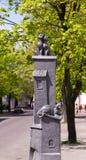 Bielorrússia Bresta - gatos esculturais da composição dois no telhado da casa terceira em mentiras abaixo - nome cidade maio de 2 Imagens de Stock Royalty Free