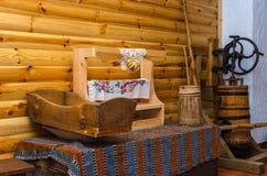 Bielorrússia, Dudutki, museu de ofícios e de tecnologias populares do vintage Imagem de Stock