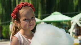 Bielorrússia, Gomel, o 10 de março de 2018 O feriado das crianças na abertura da caravana da loja A menina está comendo o algodão imagem de stock