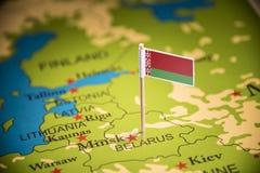 Bielorrússia identificou por meio de uma bandeira no mapa fotografia de stock royalty free