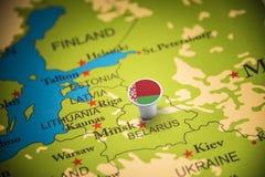 Bielorrússia identificou por meio de uma bandeira no mapa foto de stock royalty free