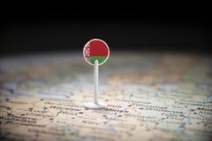 Bielorrússia identificou por meio de uma bandeira no mapa fotos de stock