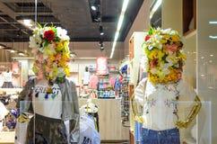 Bielorrússia, Minsk - 12 de abril de 2017: Dois manequins fêmeas em uma janela da loja Imagem de Stock