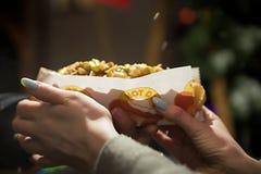 Bielorrússia, Minsk - 25 de fevereiro de 2014 Cozinhando salsichas para cachorros quentes fora Imagem de Stock Royalty Free