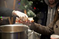 Bielorrússia, Minsk - 25 de fevereiro de 2014 Cozinhando salsichas para cachorros quentes fora Fotografia de Stock