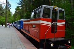 Bielorrusia, Minsk, children& x27; s ferroviario, locomotora diesel, turismo, juegos europeos 2019 imagen de archivo libre de regalías