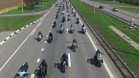 BIELORRUSIA, MINSK - 23 de abril de 2016: Desfile de la abertura de la estación de la motocicleta con millares de motoristas en e almacen de video