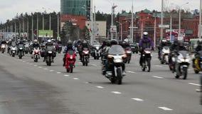 BIELORRUSIA, MINSK - 30 de abril de 2017: Desfile de la abertura de la estación de la motocicleta con millares de motoristas en e almacen de metraje de vídeo