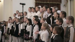 BIELORRUSIA, MINSK - 8 DE ABRIL DE 2015: El coro de los niños concierta en el filarmónico bielorruso metrajes