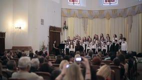 BIELORRUSIA, MINSK - 8 DE ABRIL DE 2015: El coro de los niños concierta en el filarmónico bielorruso almacen de video