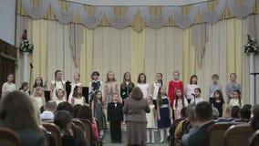 BIELORRUSIA, MINSK - 8 DE ABRIL DE 2015: El coro de los niños concierta en el filarmónico bielorruso almacen de metraje de vídeo