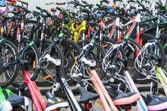 Bielorrusia, Minsk - 12 de abril de 2017: El mercado de bicicletas Muchas bicicletas baratas imagen de archivo libre de regalías